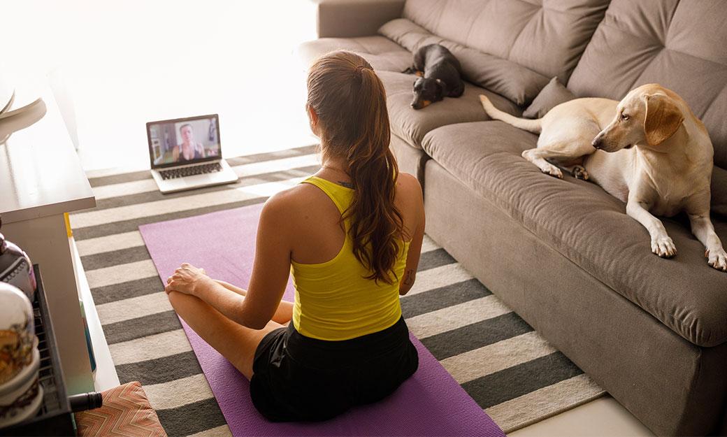 Meditation framför dator